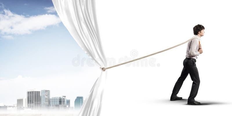 Tenda bianca d'apertura del giovane e presentare il paesaggio moderno della città immagine stock