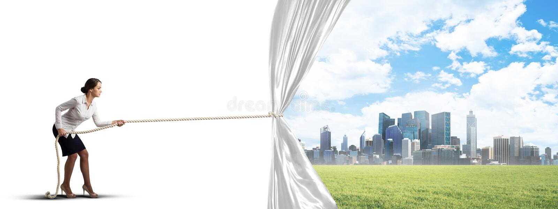 Tenda bianca d'apertura della giovane donna e presentare il paesaggio moderno della citt? fotografie stock