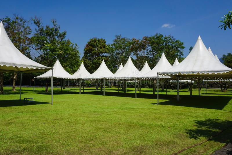 Tenda bianca nella linea nel parco del giardino per il partito di giardinaggio - foto Indonesia bogor fotografia stock