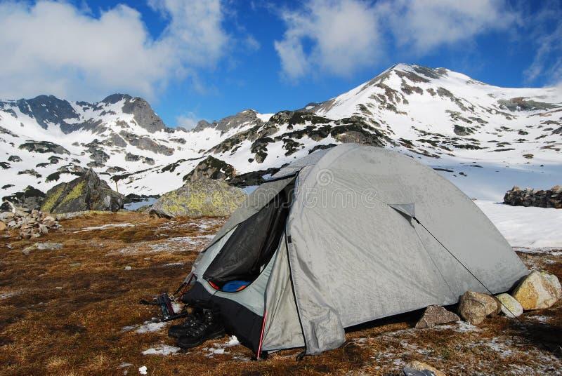 tenda che si accampa in montagne romania fotografia stock