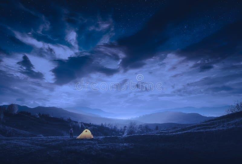 Tenda da campeggio gialla di notte immagini stock libere da diritti