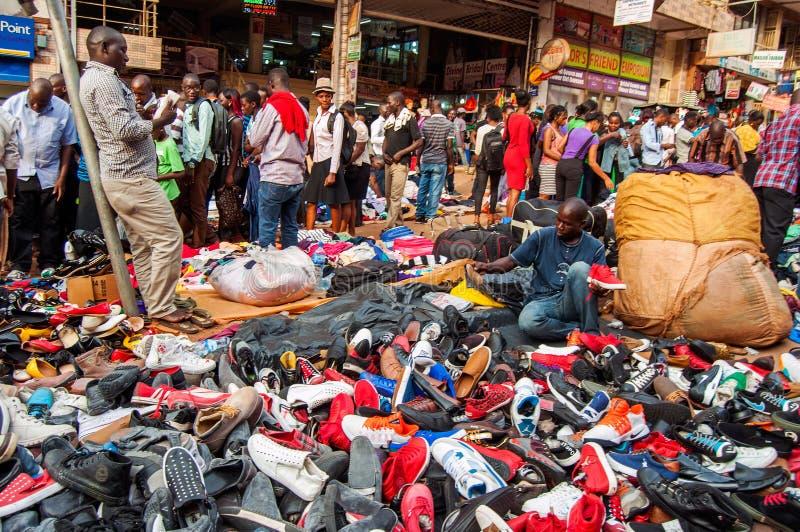 Tenda da sapata do mercado de domingo, estrada de Luwum, Kampala, Uganda imagens de stock
