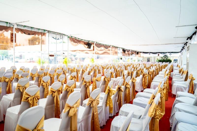 Tenda de ar condicionado temporária no interior para eventos ao ar livre no dia Dentro das tendas tem tapete vermelho e muita cad fotos de stock royalty free