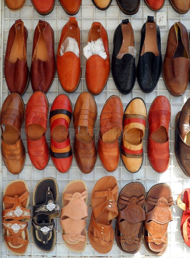 Tenda de couro feito a mão do mercado das sandálias imagens de stock royalty free