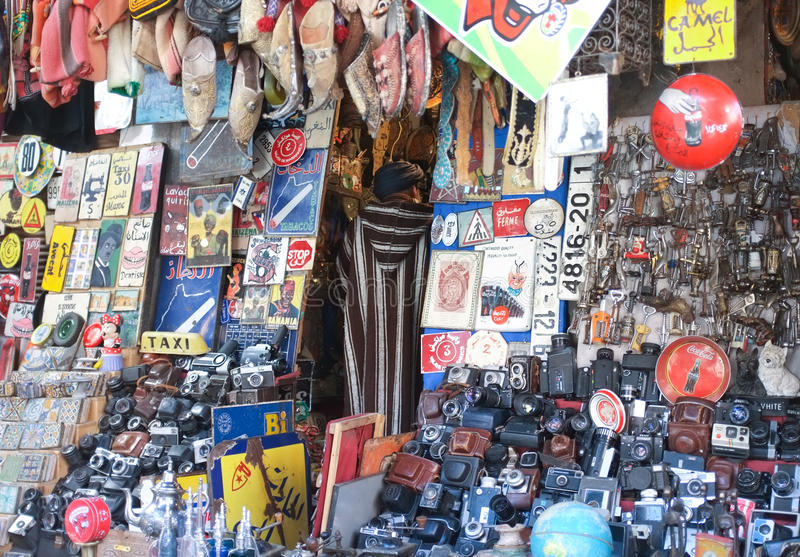 Tenda de Souk em C4marraquexe que vende artigos do vintage fotografia de stock royalty free