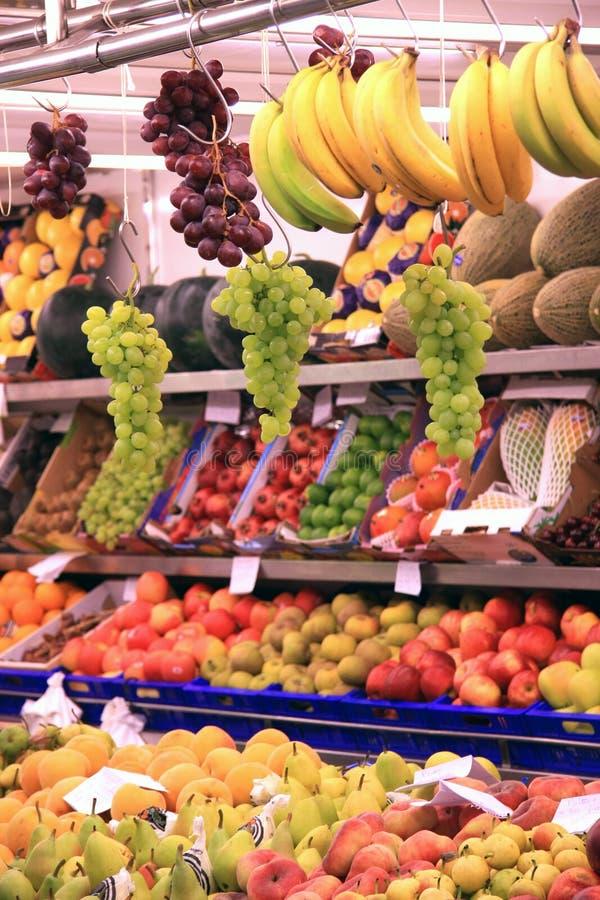 Tenda de suspensão do supermercado das uvas fotos de stock