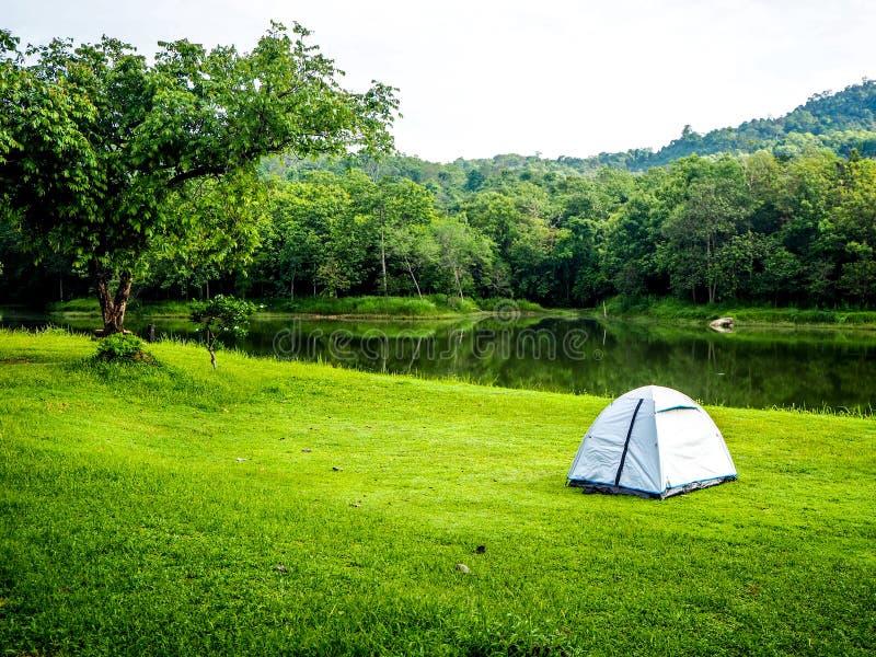 Tenda di campeggio bianca fotografia stock libera da diritti