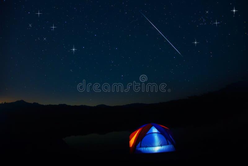 Tenda di campeggio sotto le stelle alla notte immagine stock