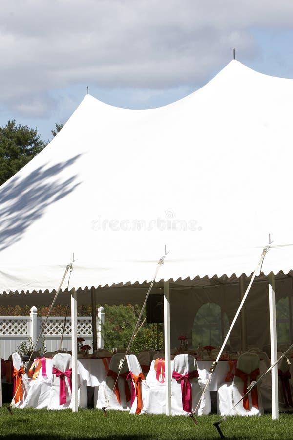 Tenda di cerimonia nuziale per il pranzo e la ricezione esterni fotografie stock libere da diritti