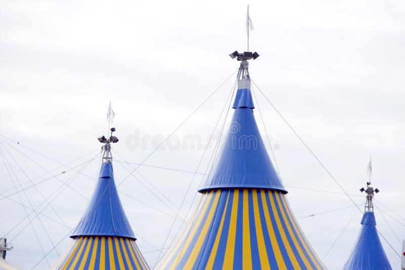 Tenda di circo gialla e blu fotografie stock libere da diritti