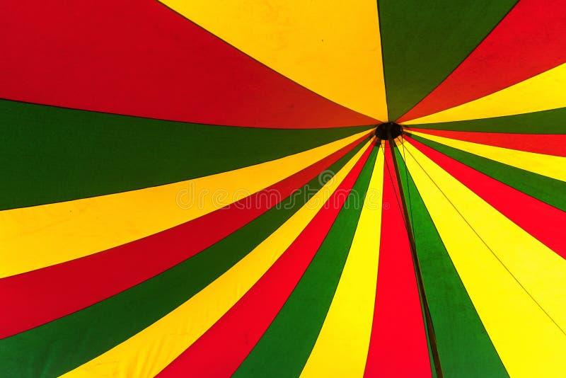 Tenda di circo in verde, in giallo ed in rosso, vista da sotto nella cima fotografia stock libera da diritti