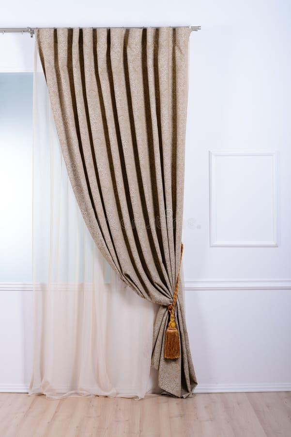 Tenda di finestra beige nel bagno fotografia stock immagine di decorazione arte 64028226 - Tenda bagno finestra ...