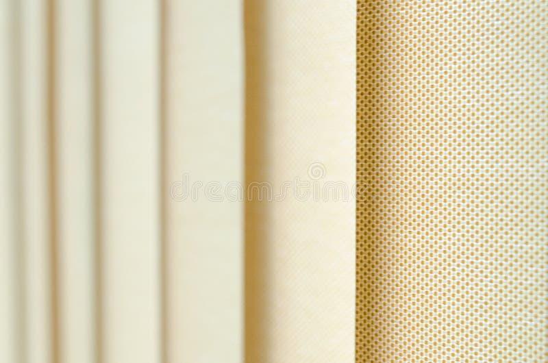 Tenda di finestra in primo piano che mostra la struttura nelle tonalità di beige immagini stock libere da diritti