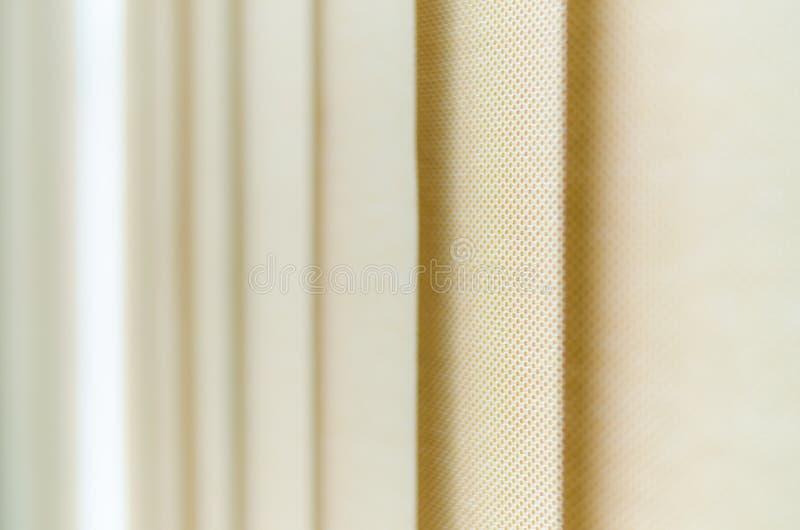 Tenda di finestra in primo piano che mostra la struttura nelle tonalità di beige fotografia stock libera da diritti