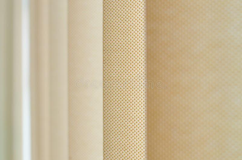 Tenda di finestra in primo piano che mostra la struttura nelle tonalità di beige fotografie stock