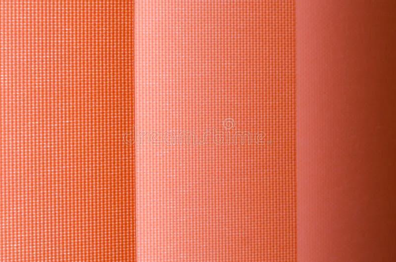 Tenda di finestra in primo piano che mostra struttura nelle tonalità di color salmone sfuocatura immagini stock libere da diritti