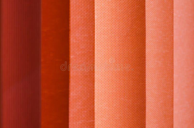 Tenda di finestra in primo piano che mostra struttura nelle tonalità di color salmone sfuocatura fotografia stock libera da diritti