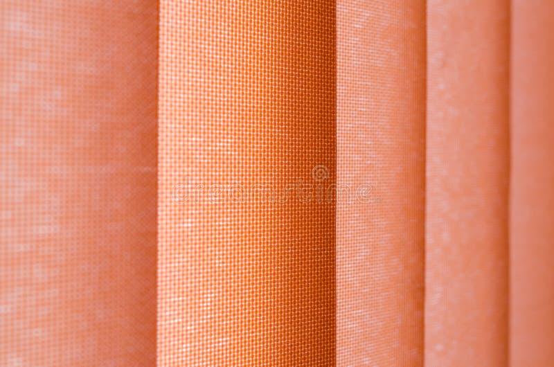 Tenda di finestra in primo piano che mostra struttura nelle tonalità di color salmone sfuocatura fotografia stock