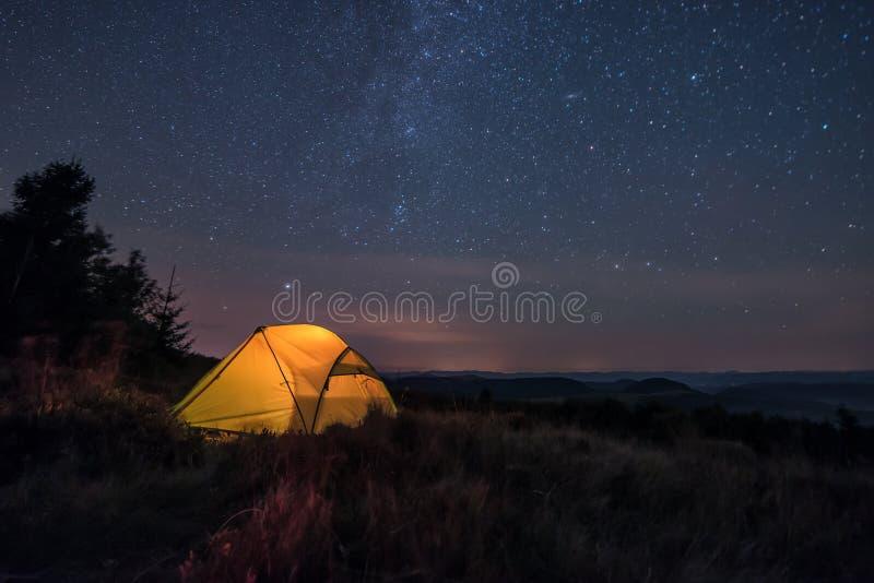 Tenda di Iluminated sotto le stelle immagini stock