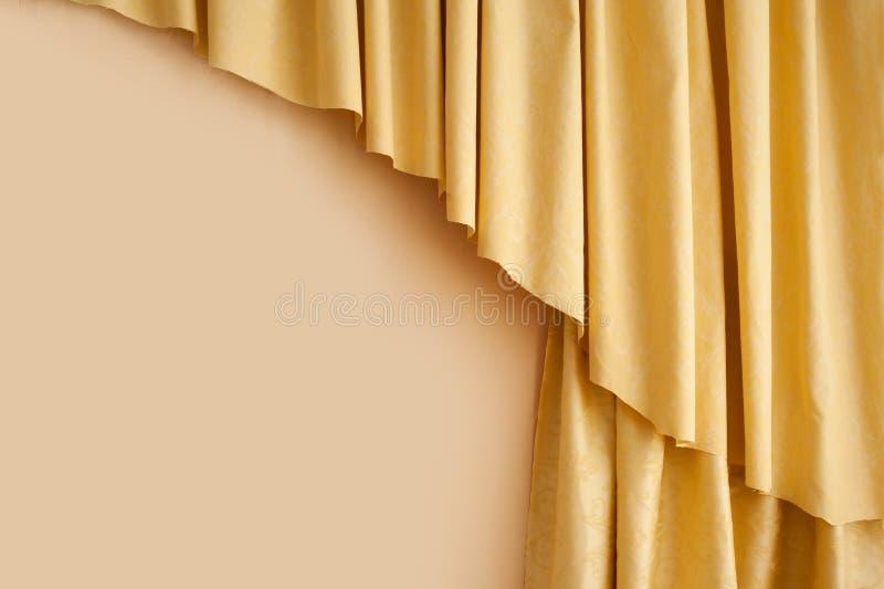 Tenda di seta gialla dorata nella stanza fotografia stock libera da diritti