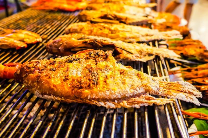 Tenda do alimento em Tailândia, peixe fritado fotografia de stock