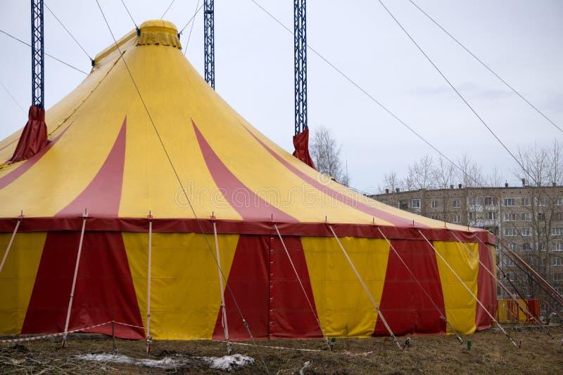 Tenda do circus colorida contra um c?u azul fotos de stock royalty free