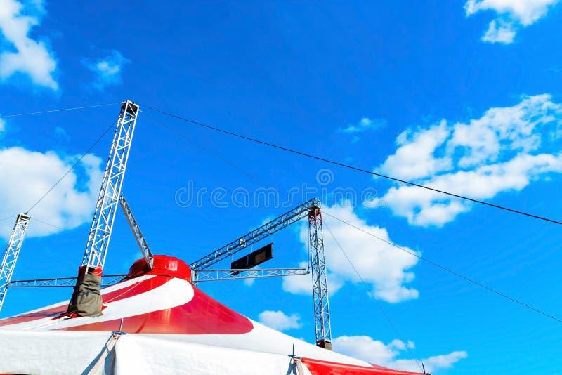 Tenda do circus sob o céu nebuloso azul fotografia de stock