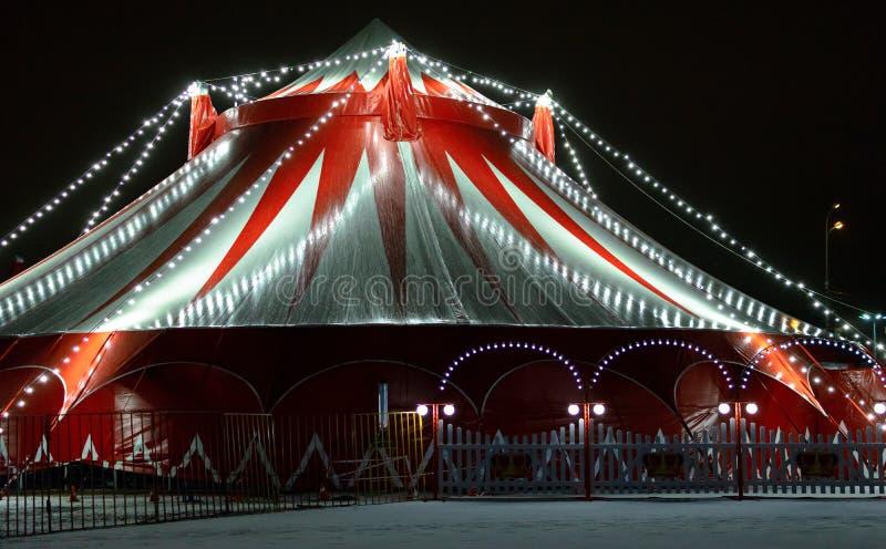Tenda do circus vermelha na noite fotografia de stock royalty free