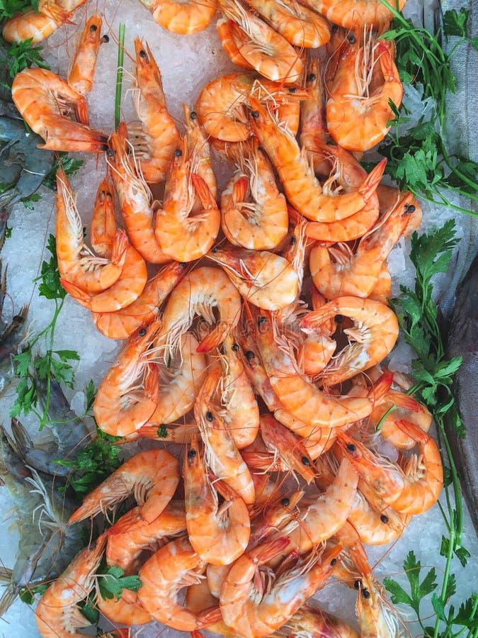 Tenda do marisco em um mercado provencal que caracteriza os camarões crus a do tigre ilustração stock