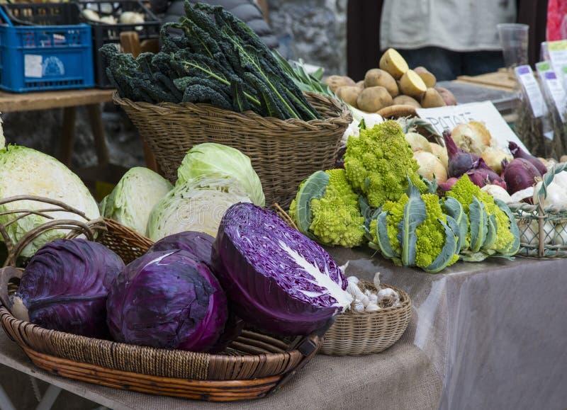 Tenda do mercado com exposição das saladas vegetais fotos de stock