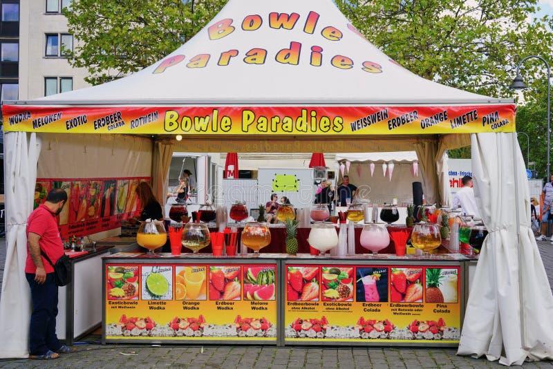 Tenda do mercado da cidade que vende bebidas coloridas do fruto & do álcool fotos de stock royalty free