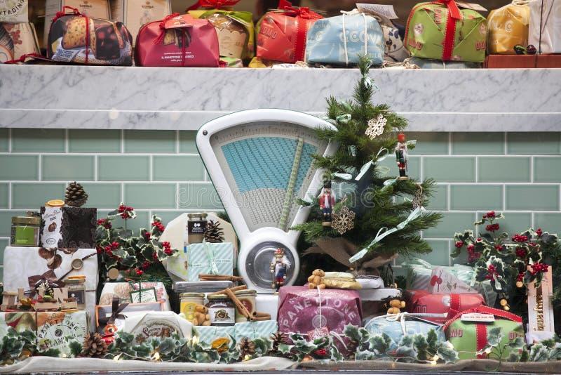 Tenda do mercado do Natal com alimento e árvore de Natal - compra do Natal - estação do Natal em Hamburgo, Alemanha 16, 2016 em L fotos de stock royalty free