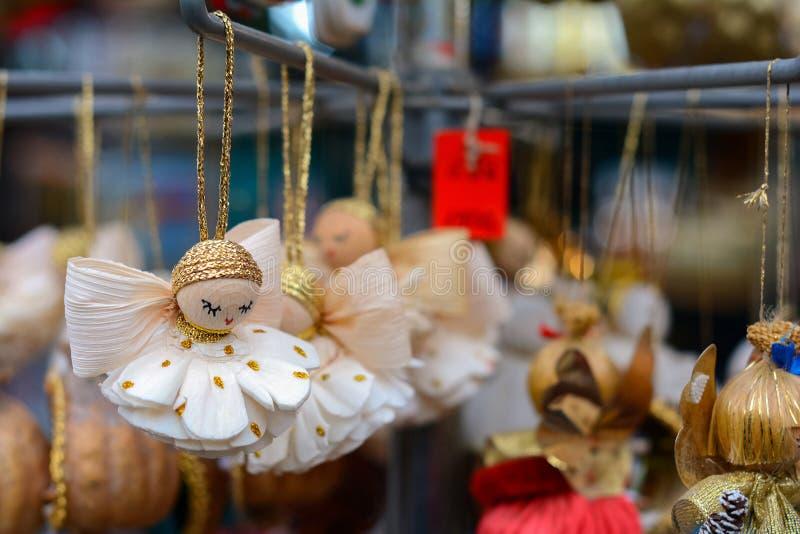 Tenda do mercado do Natal com as lembranças dos anjos para a venda imagens de stock royalty free