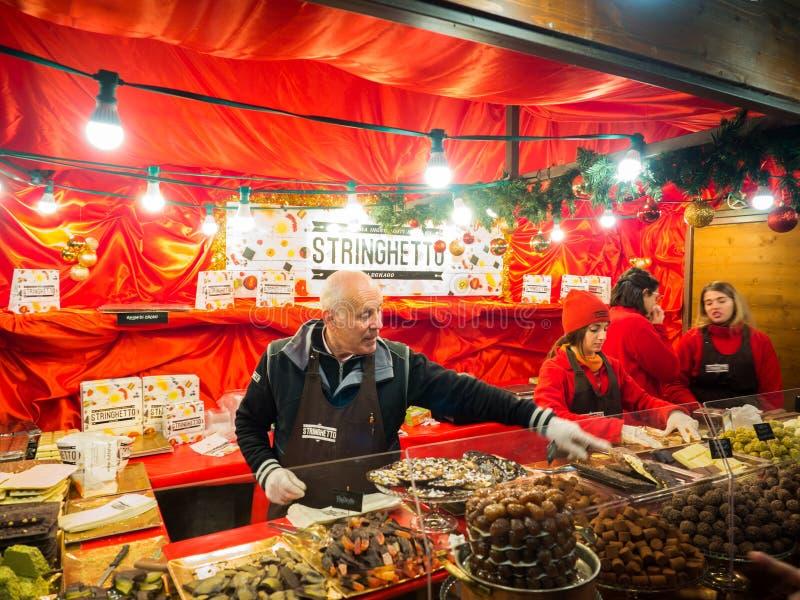 Tenda do Natal que vende os doces e o fruto cobertos com o chocolate imagens de stock