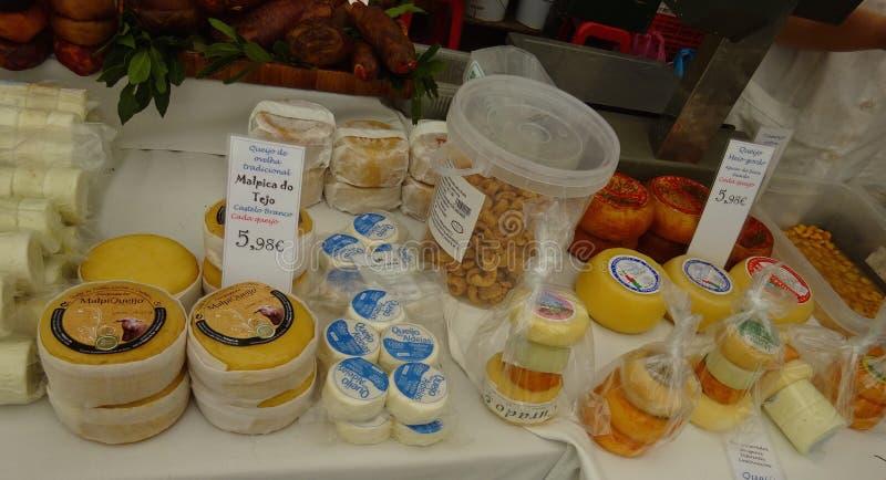 Tenda do queijo na compra local do mercado em Cascais - Portugal foto de stock
