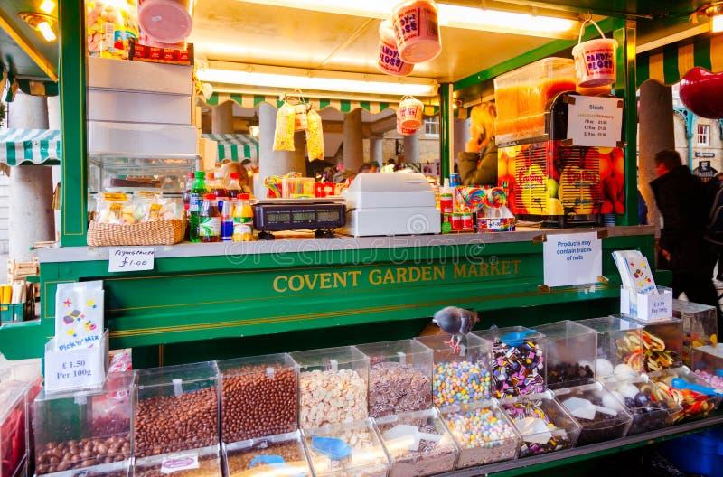 Tenda dos confeitos no mercado Londres Reino Unido do jardim de Covent imagens de stock