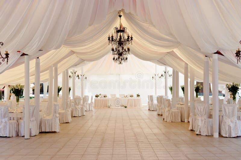 Tenda foranea per la celebrazione delle nozze immagini stock