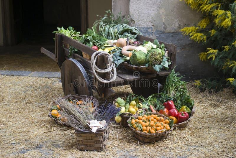Tenda medieval do mercado que vende a fruta foto de stock royalty free
