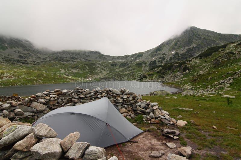 Tenda nel mezzo delle montagne fotografia stock libera da diritti