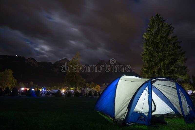 Tenda prima delle alpi alla notte fotografie stock