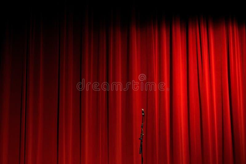 Tenda rossa sulla fase con il microfono fotografia stock libera da diritti