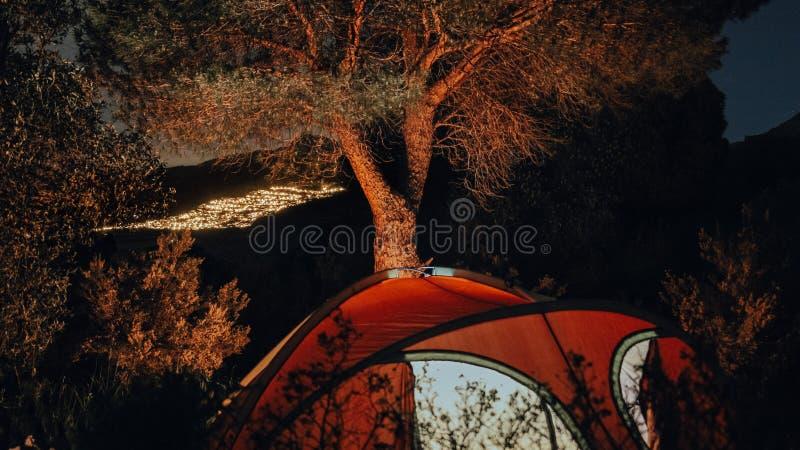 Tenda rossa in un paesaggio di notte fotografia stock