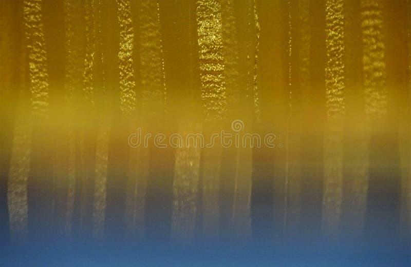 Tenda a strisce in tonalità di beige e di oro con effetto di refle illustrazione di stock