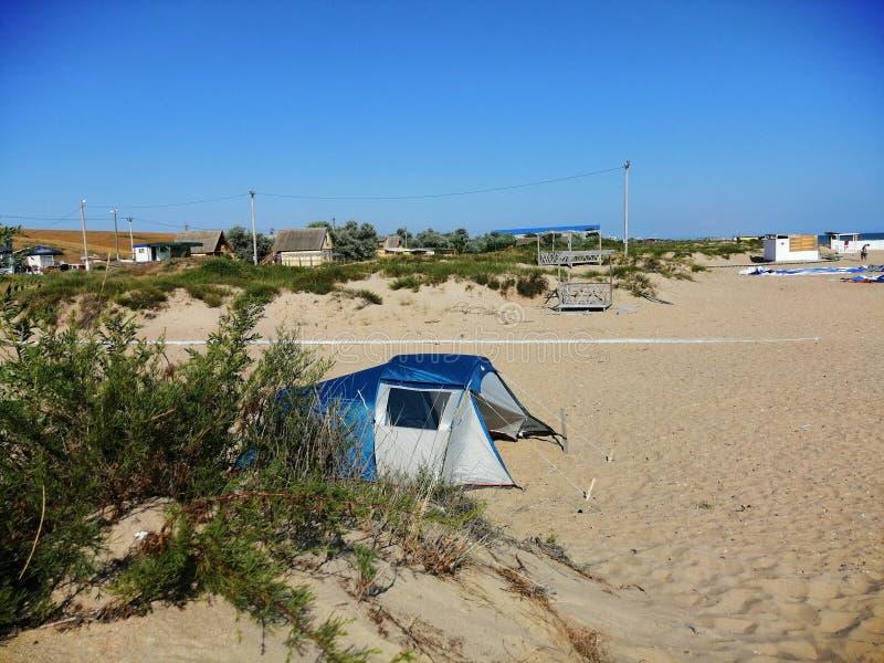Tenda sulla spiaggia sabbiosa fotografie stock