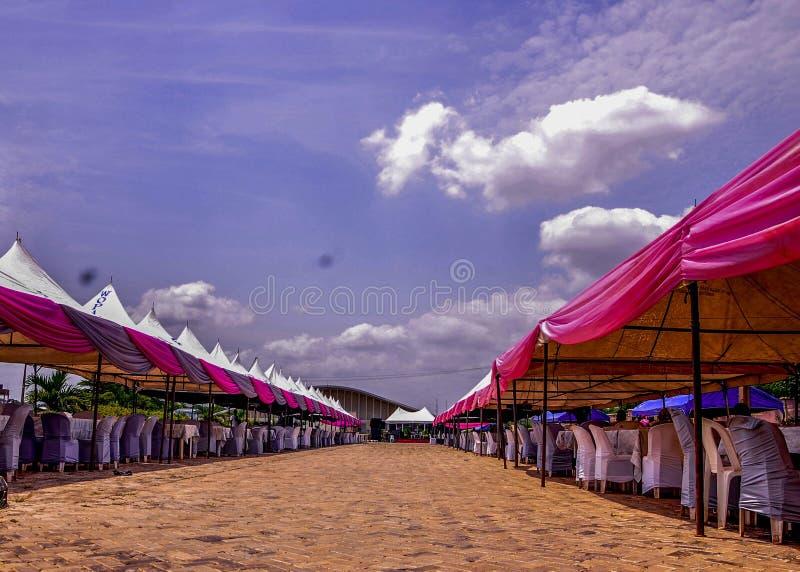 Tenda tradizionale unica di nozze con cielo blu immagini stock