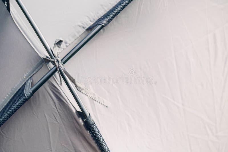 Download Tenda Turistica Grigia Nella Foresta Di Estate Fotografia Stock - Immagine di divertimento, attività: 55350852