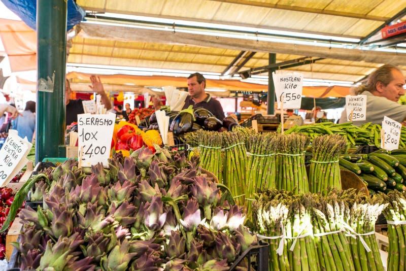 Tenda vegetal no mercado de Rialto, Veneza imagens de stock