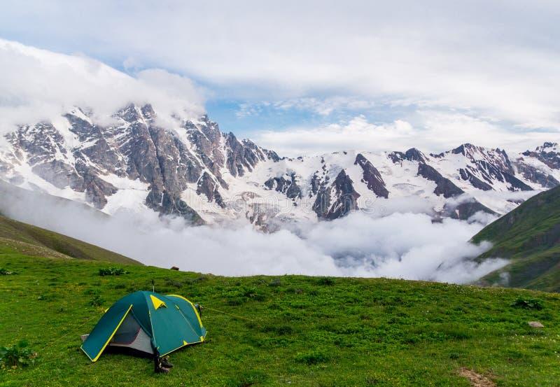 Tenda verde nel bello paesaggio delle montagne fotografia stock libera da diritti