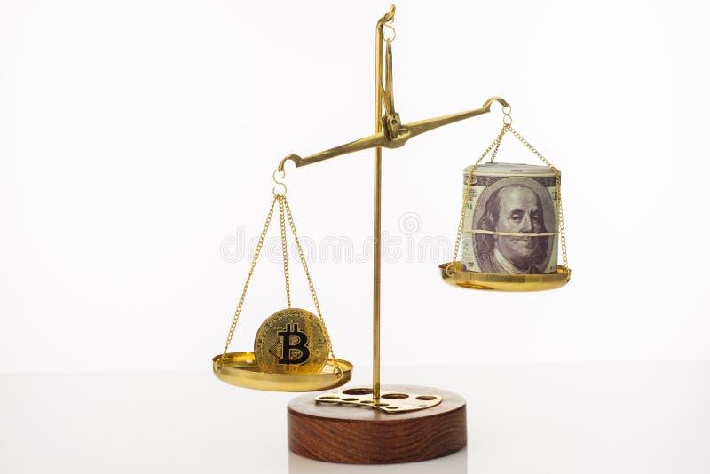 Tendance d'augmentation de valeur de Bitcoin La pi?ce de monnaie est sup?rieure ? l'?quilibre Sur une autre cuvette une pile de c image libre de droits