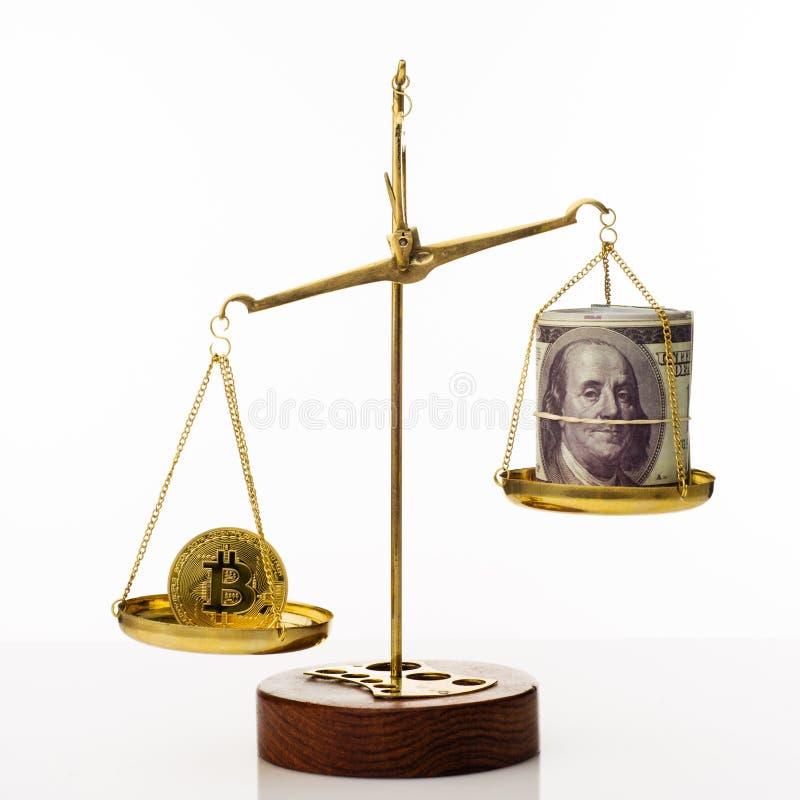 Tendance d'augmentation de valeur de Bitcoin La pi?ce de monnaie est sup?rieure ? l'?quilibre Sur une autre cuvette une pile de c photographie stock